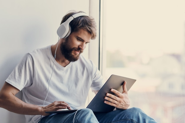 Uomo barbuto con tecnologie di intrattenimento portatile