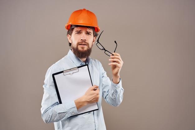 L'uomo barbuto lavora nel successo dell'industria delle costruzioni sfondo isolato
