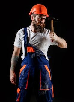 Operaio barbuto con barba, casco da costruzione, elmetto.