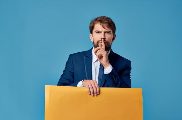 Studio copyspace di pubblicità del tabellone per le affissioni giallo dell'uomo barbuto