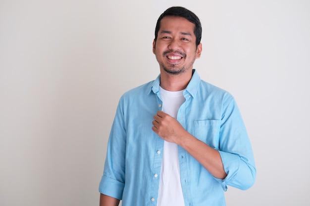 Barbuto giovane asiatico sorridente amichevole con fiducioso isolato su sfondo bianco