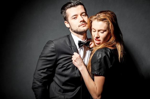 Barbuto giovane uomo e donna bionda