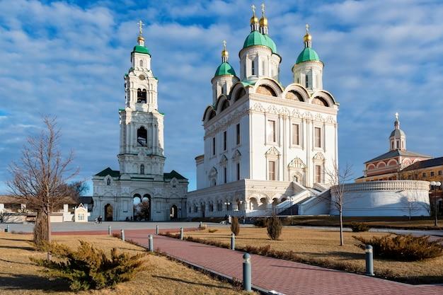 Beauiful vista sulla cattedrale nel cremlino di astrakhan, russia