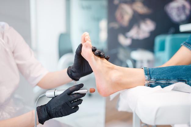 Salone di estetista, procedura di lucidatura dei piedi