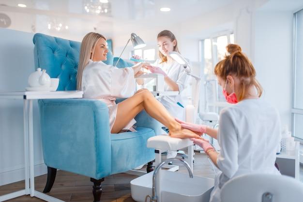Salone di estetista, manicure e procedura di pedicure