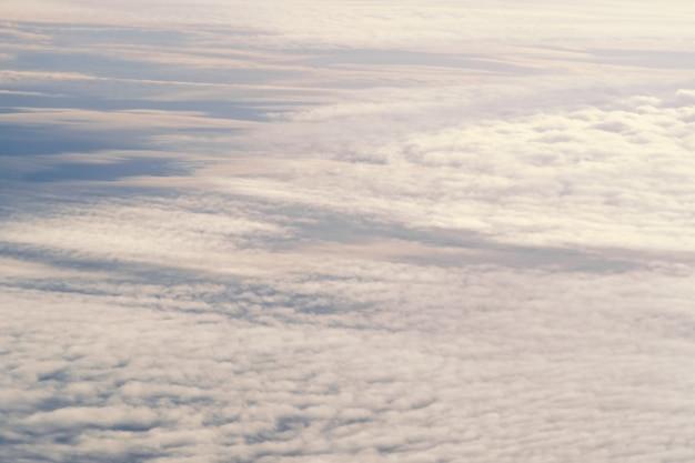 Il bello tono astratto del cielo ha offuscato il fondo, la struttura differente, il modello pastello rosa bianco blu