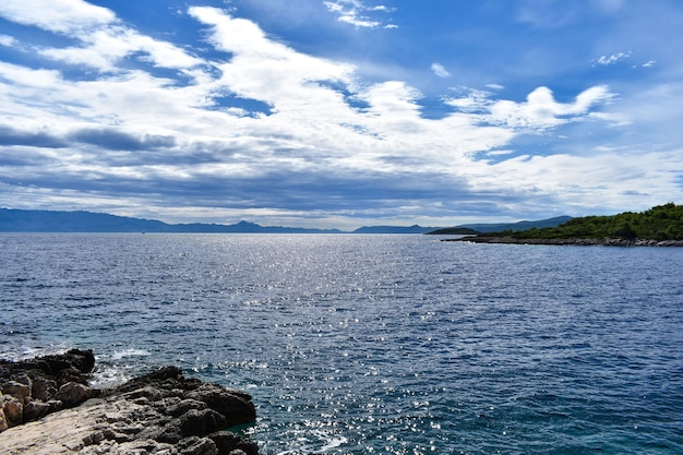 Bellissimo mare adriatico in croazia. roccia, mare blu nuvoloso, onde, bello