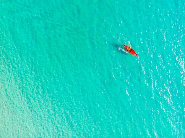 Bella vista aerea della barca sul mare