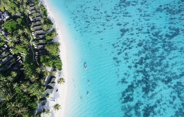 Bella vista aerea delle maldive e della spiaggia tropicale