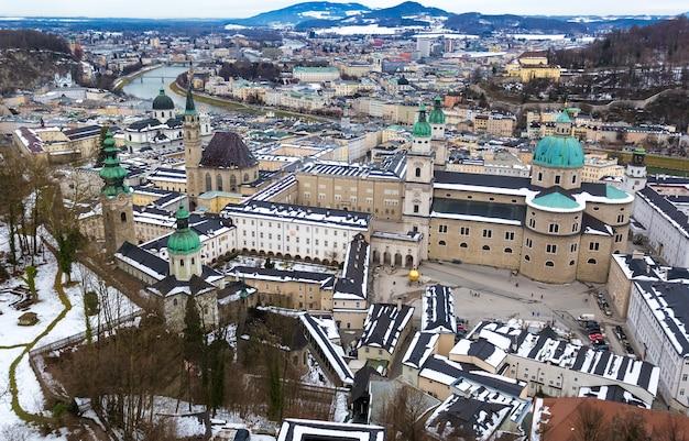 Bella vista aerea sulla vecchia città di salisburgo al giorno nuvoloso