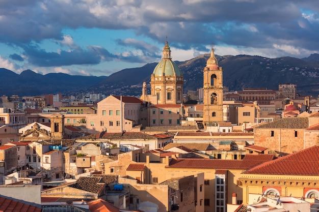 Bella veduta aerea di palermo con la chiesa del gesù all'alba, sicilia, italia
