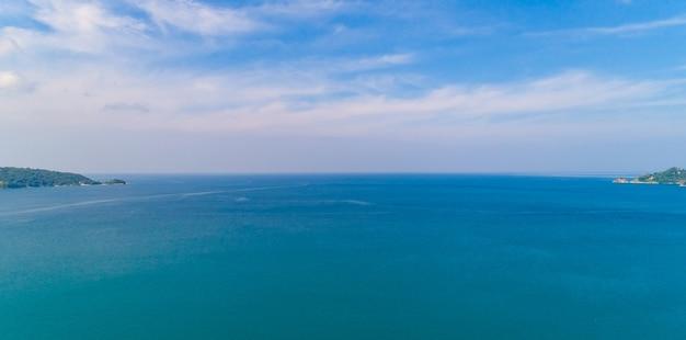 Bella vista aerea del mare di phuket thailandia al mattino.