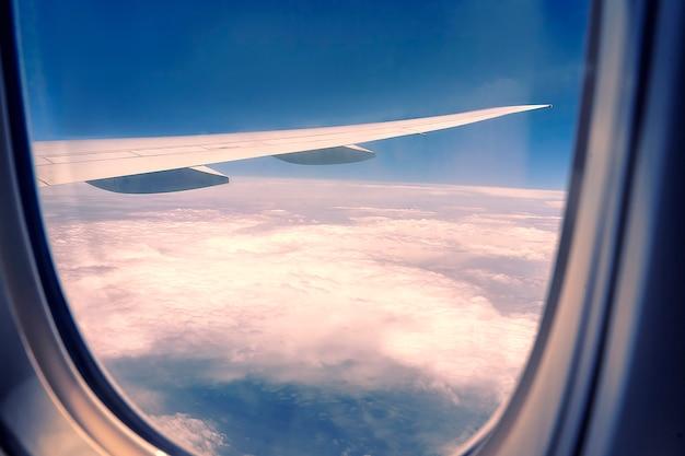 Bella vista aerea vista attraverso la finestra dell'aereo in volo. vista della finestra dell'illuminatore per aereo