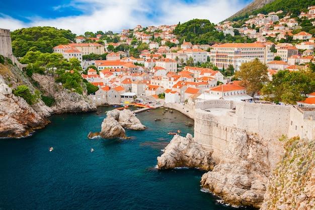 Bella vista aerea del piccolo porto accogliente nella parte vecchia di dubrovnik, croazia