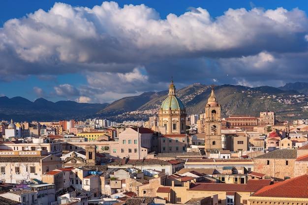 Bella vista aerea della soleggiata palermo con la chiesa di santa maria del gesù al mattino, sicilia, italia