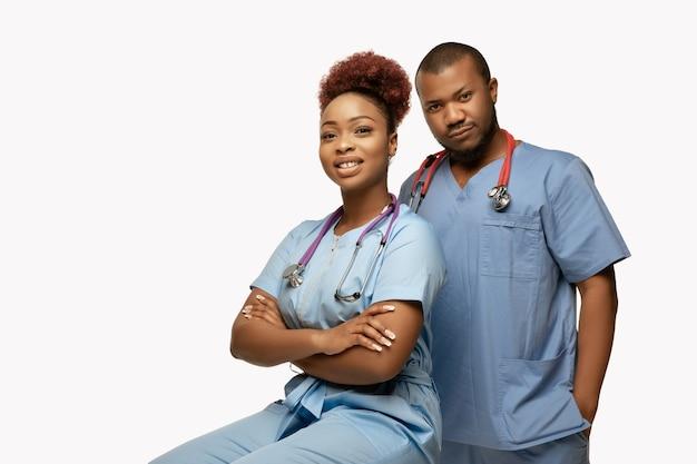 Bella coppia di dottori afroamericani su bianco