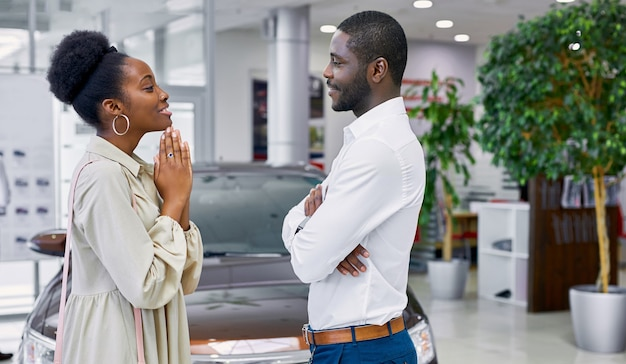 La bella signora africana implora il marito di comprare un'auto