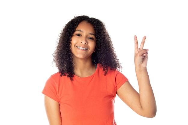 Bella adolescente africana con capelli afro isolati su sfondo bianco