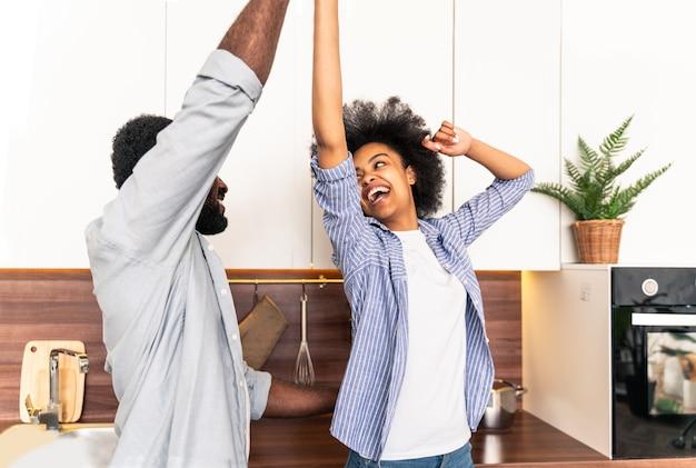 Bella coppia afroamericana che cucina a casa bella coppia nera che prepara la cena