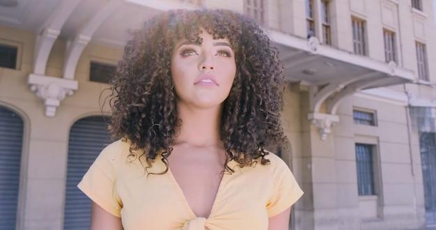 Bella donna afroamericana che cammina in città.
