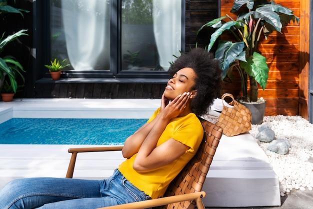 Bella donna afroamericana con i capelli ricci a casa
