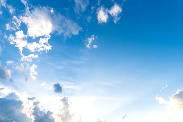 Bella atmosfera luminosa del cielo blu di sfondo texture chiara astratta con nuvole bianche.