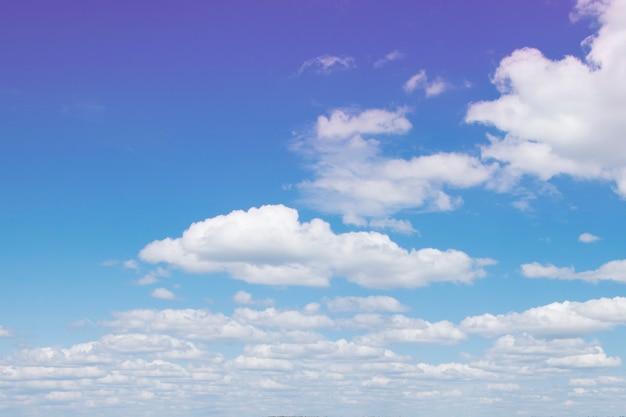 Belle ariose nuvole bianche in un luminoso cielo blu soleggiato.