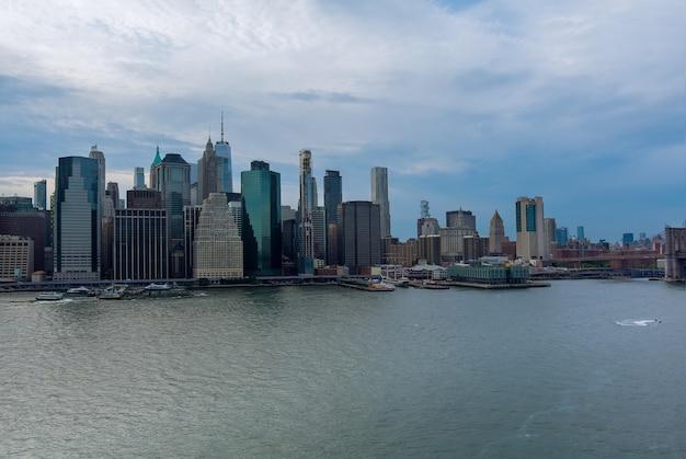 Bella america della vista aerea sul panorama dell'orizzonte di manhattan di new york city con i grattacieli