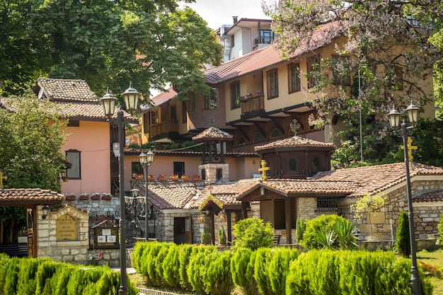 Bellissimo antico monastero con tetti di tegole rosse in bulgaria