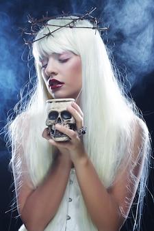 Bella donna angelica capelli lunghi con teschio
