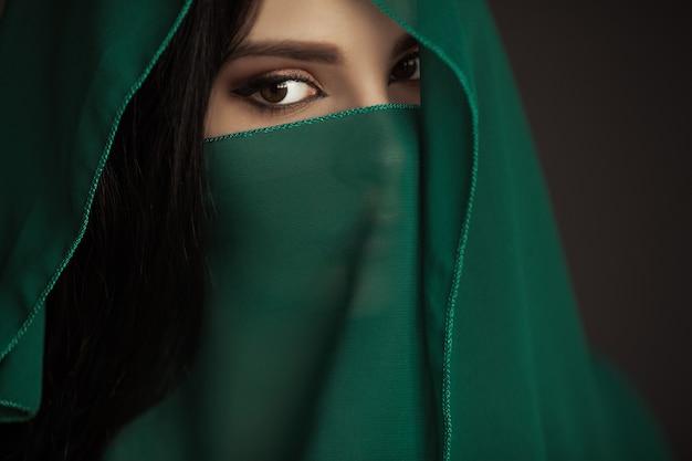 Bella donna araba ritratto costume tradizionale al chiuso giovane donna indù