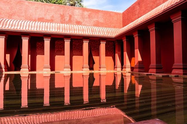 Bella architettura in stile marocchino con vasca fontana