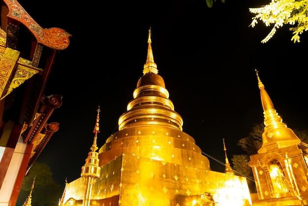 Bella architettura al wat phra sing waramahavihan tempio a nught nella provincia di chiang mai, thailandia.