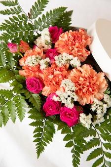 Bella composizione di fiori per una festeggiata