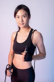 Bella donna asiatica di fitness in studio