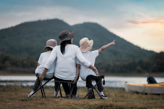 Bella madre e figlio asiatici che fanno picnic e nella festa estiva di pasqua