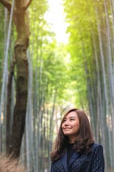 Una bella donna asiatica nella foresta di bambù