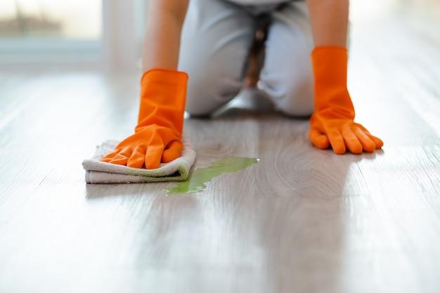 Bella donna asiatica che lava il pavimento