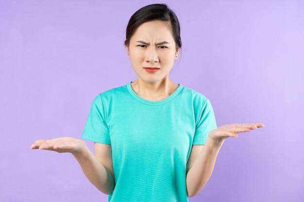 Bellissimo ritratto di donna asiatica, isolato su sfondo viola