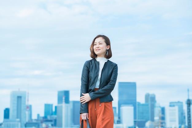 Bella donna asiatica in un abbigliamento casual intelligente