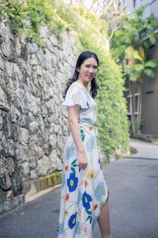 Bella donna asiatica che cammina attraverso il vicolo