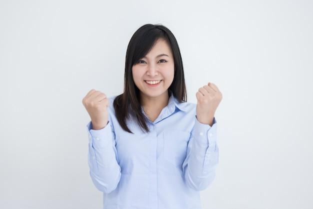 Bella donna asiatica su sfondo bianco