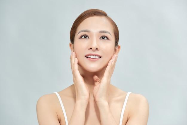Bella donna asiatica con trucco perfetto e pelle liscia isolata su sfondo colorato. concetto di chirurgia plastica di bellezza facciale.