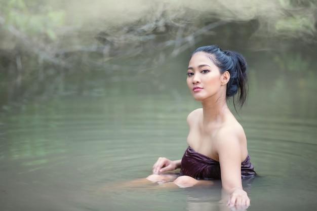 Le belle donne asiatiche stanno facendo il bagno nel fiume.