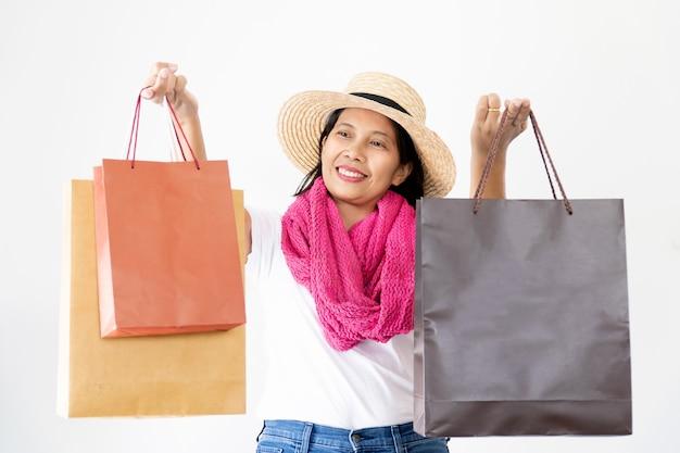 Belle donne asiatiche che indossano cappelli di paglia e sciarpa rosa felici e sorridenti,