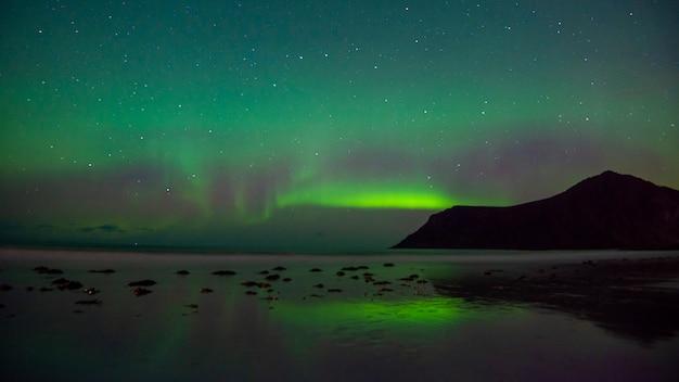 Bellissima aurora boreale nelle isole lofoten