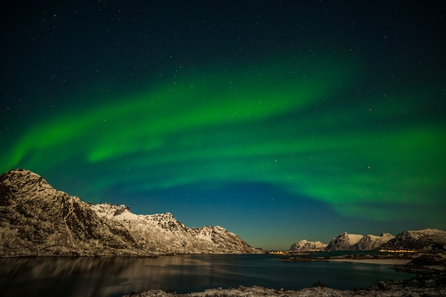Bellissima aurora boreale, luci polari, sulle montagne del nord europa - isole lofoten, norvegia
