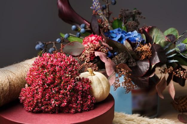Bella composizione autunnale di fiori di prato secchi e foglie, floreali.