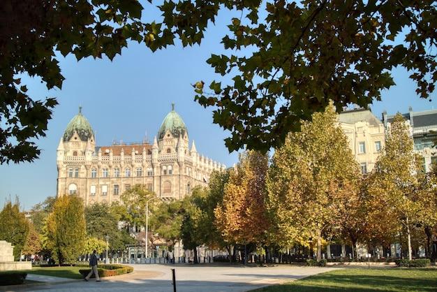 Bellissimo paesaggio autunnale con edificio storico vecchio stile e piazza prima su uno sfondo di cielo azzurro a budapest, ungheria.