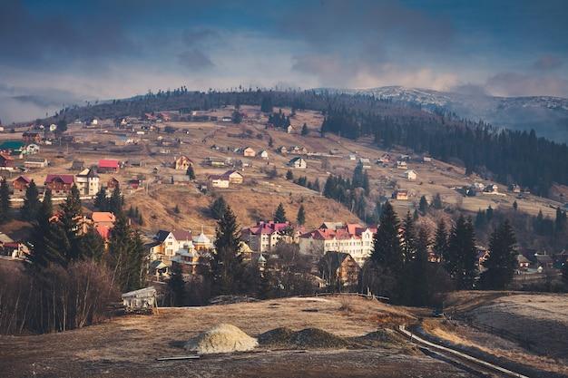 Bellissimo autunno nel villaggio di montagna mattina nebbiosa con cielo azzurro drammatico carpazi ucraina europa